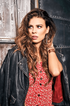 Rising UK star Twinnie releases the video for her storming new single, 'I Love You Now Change' taken from her forthcoming debut album, 'Hollywood Gypsy', out on 17th April on BMG.